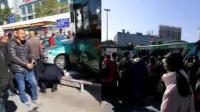 广州一辆公交车疑失控 连撞四辆车