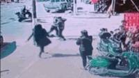 男子光天化日之下强抢小孩 被热心群众围堵制服