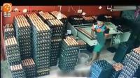 小伙在收拾鸡蛋, 感觉不对劲, 监控拍下这样的画面!