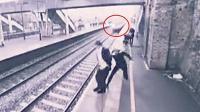 监拍:小伙舍命救跳车自杀男子