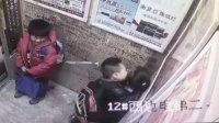 小男生不惧电梯监控 数次亲吻女同学
