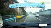 视频车狂按喇叭, 男子就是不让行, 后面的女司机怒了