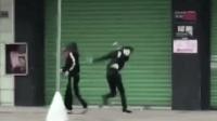 男女当街打架 男子两次出击将自己绊倒