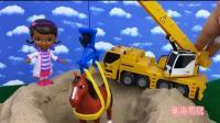 芭比娃娃黑妹用工程车 解救沙漠里的小马 亲子玩具过家家游戏