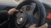 车管所科目三考官指导学员, 模拟变更车道若后方有车辆 该如何正确操作?