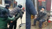 民警拒晕倒老人百元钱: 警车不收钱
