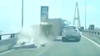 大货车高架桥上突然倒车, 吓傻众车司机, 监控拍下触目惊心一幕