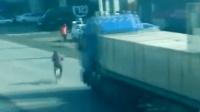 大妈骑个自行车过马路无视一切, 没想到3秒后惨遭上天堂!