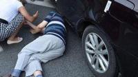 司机开车看手机 老人被撞飞百米身亡
