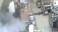 酒店高压锅突然爆炸 厨师被当场冲倒