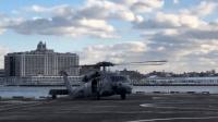 美军黑鹰直升机耍帅秀甩尾 不料撞到马路牙子把机轮撞折了