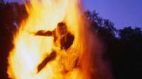桂林一自建房煤气罐爆燃 居民被烧成火人