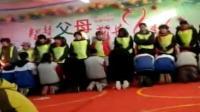 女子用哭腔指挥 学生集体跪拜父母