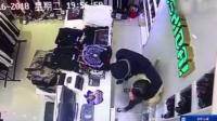 口罩男持尖刀抢劫 扑倒女店主逃离