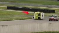 被撞翻的面包车,以160公里时速比赛赛车,怎么回事?