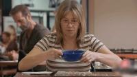 不吃就不吃, 泼满桌子弄哪样? 会有人信你拿不起来勺子吗?