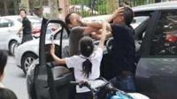 小孩玩耍互相打闹 女子冲上前来拖拽男童之后又怒砸老太