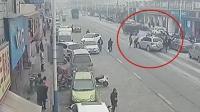 暖心! 4岁男童被卷入车底, 众人抬车施救