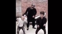 矮子跳舞, 不笑你打我!
