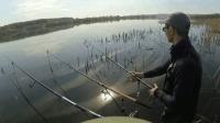 为了钓鱼这么冷的天气站在水里, 钓鱼人精神可嘉