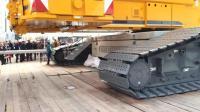 利勃海尔的超级履带式起重机, 人在它面前太渺小了