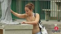 国外恶搞: 美女为了拿十块钱, 把雕像都砸了