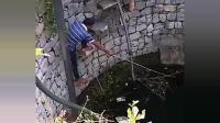 小伙真是厉害了, 钓鱼都跑到水井里钓, 这里能有大鱼咬钩吗