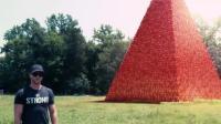 """男子将100万个杯子堆成""""金字塔"""", 将它击倒的瞬间爽翻了"""