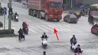 电动车停在大货车前面等红灯, 他以为司机会让行, 结果