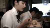 日本美女叫了一碗拉面, 拉面端上来后美女无奈了, 这怎么吃得完?