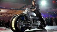 世界上最重的摩托车, 轻松压扁小轿车, 谁敢拦路?