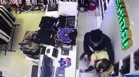 监拍蒙面男子持刀进服装店抢劫 女店员拼命阻拦被甩倒