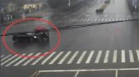 电动三轮车闯红灯撞上一辆轿车 致自己受伤