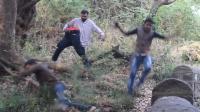 印度男子假装被腰斩, 抱着下半身街头恶搞, 路人被吓四散奔逃