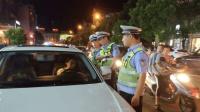 蛮横女司机多次违章, 交警上前检查闭门不见, 最后车都废了