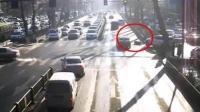 女子过马路意外滑倒 被越野车拖入车底