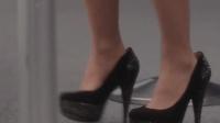 美女模特挑战高跟鞋, 没想到鞋竟然卡住了