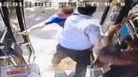 公交司机被大爷拽下车 车辆未停一老人摔伤