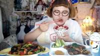 大胃王肉肉姐吃炸牛肉和地三鲜