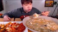 豪放派大胃王吃超大碗饺子汤面和泡菜