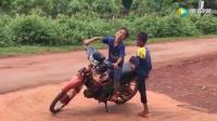 熊孩子这样拽骑摩托, 回家会不会被打死