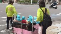 玩转日本: 东京街头两位女幼师带领着十几位小班的萌娃过马路, 画面很有爱