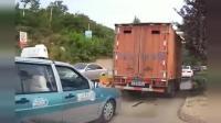 货车司机根本不知道自己有多宽, 瞎着眼睛往前挤, 这下卡住了吧