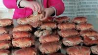 大姐吃螃蟹动作好粗暴, 一次吃这么多不怕过敏吗