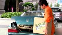 街头恶搞: 打开车的后备箱, 突然窜出一条鳄鱼, 是你也会被吓到吧!