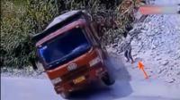 男子看到货车向后溜车, 赶紧用手阻挡汽车, 监控拍下可怕一幕!