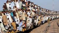 印度上班族挤火车, 全靠挂上去, 为了不迟到得练就一身武艺
