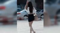 短裙美女正在路边等人, 没注意身后, 监控拍下不耻一画面