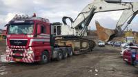 板车运输利勃尔大型挖掘机, 看看挖掘机司机的卸车表演