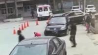 男孩路边玩耍被卷入车底 群众自发抬车救人